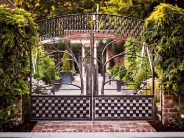 Ворота кованые с деревьями